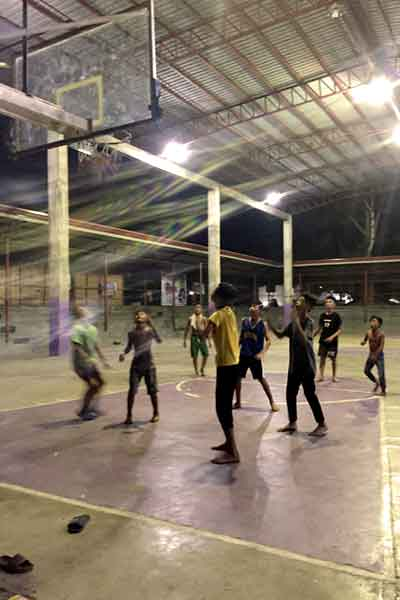 "alt=""Filipino kids playing basketball games in the gymnasium"""