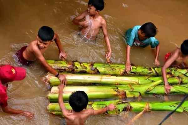 "alt=""Filipino childhood memories kids swimming on the river"""
