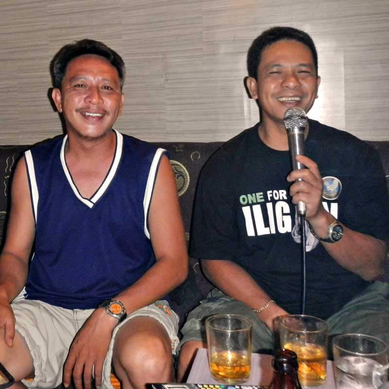 """alt=""""Filipinos enjoying their singing at the karaoke bar"""""""