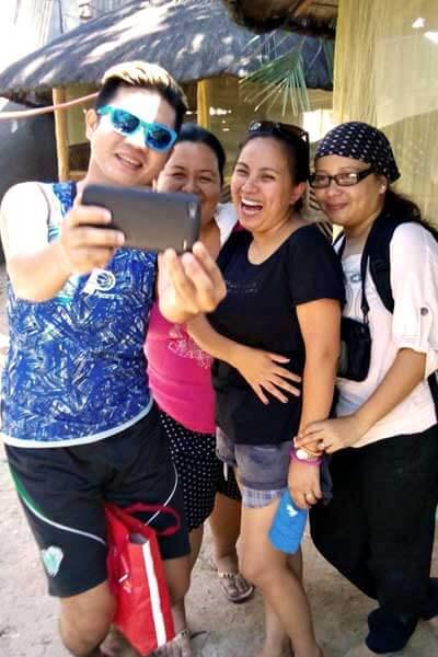 "alt=""Filipinos taking selfies to upload for social media"""