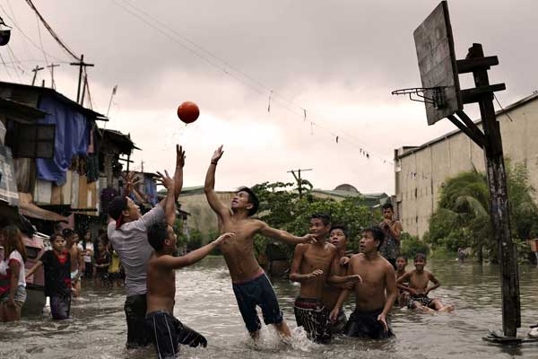 "alt=""Resilient in Filipino still playing basketball in flood"""