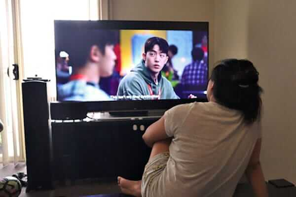 "alt=""Filipina watches her favorite Korean drama show on tv"""