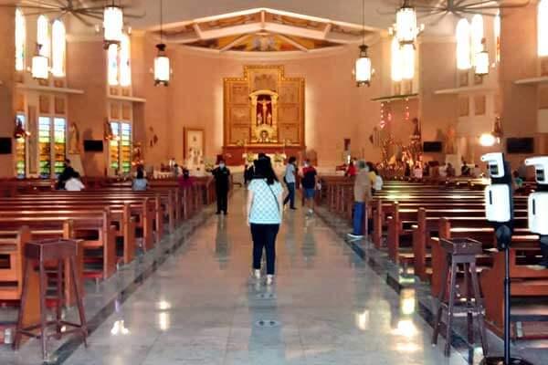 "alt=""Filipinos attending Simbang gabi mass"""